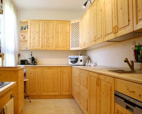Fenyőből készült egyedi konyhabútor